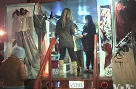 The fashion truck trend is gaining popularity in cities across the country, including Los Angeles. (VOA / E. Lee)
