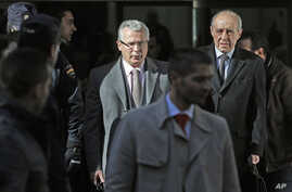 Spanish Judge Baltasar Garzon (L) and his lawyer Gonzalo Martinez Fresneda leave the Supreme Court in Madrid, January 31, 2012.