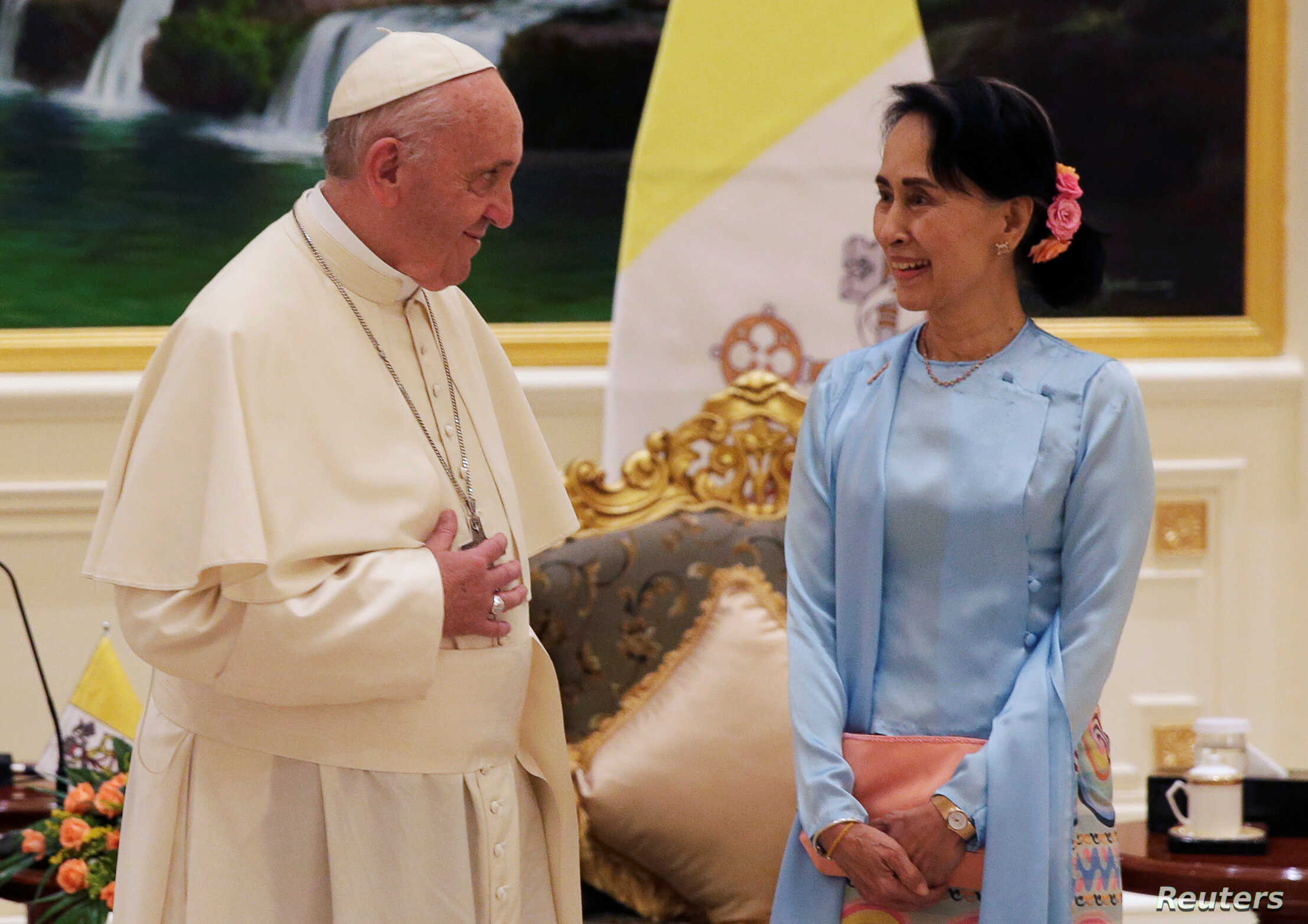 Pope Francis meets Myanmar's State Counsellor Aung San Suu Kyi in Naypyitaw, Myanmar November 28, 2017.   REUTERS/Max Rossi - RC1C8A19CBA0