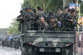 Government troopers arrive to reinforce their comrades after an army officer was killed in the ongoing operation against Muslim rebels, Zamboanga, Philippines, Sept. 19, 2013.