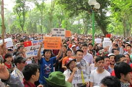 Around 500 people gather in a park in central Hanoi to protest China's deployment of an oil rig in contested waters in the South China Sea, May 11, 2014. (Marianne Brown/VOA)