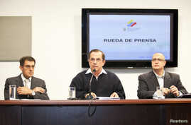 Ecuador's Minister of Foreign Affairs Ricardo Patino (C), Vice Minister of Foreign Affairs Marco Albuja (R) and Undersecretary for North America and Europe, Paul Villagomez attend a news conference regarding WikiLeaks' founder Julian Assange in Quito