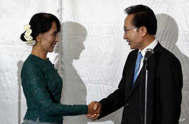 South Korean President Lee Myung-bak, right, shakes hands with Myanmar opposition leader Aung San Suu Kyi after their joint press conference at a hotel in Rangoon, May 15, 2012.