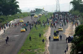 Congolese police chase supporters of opposition candidate Martin Fayulu who were marching towards Nsele, 50kms east of Kinshasa, Democratic Republic of the Congo, Dec. 19, 2018.