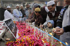 Indian Muslims pay tribute to Indian soldiers killed in the recent Pathankot air base attack, outside a mosque in New Delhi, Jan. 8, 2016.
