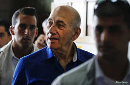Former Israeli Prime Minister Ehud Olmert (C) leaves Tel Aviv District Court May 13, 2014. Olmert was sentenced to six years in jail on Tuesday for taking bribes in a massive real estate deal, a crime the judge said was akin to treason. REUTERS/Finba