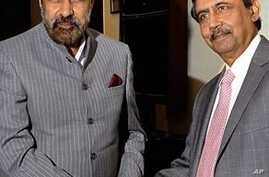 Indian Commerce Minister Anand Sharma, left, and Pakistani Commerce Secretary Zafar Mahmood, New Delhi, India, Nov. 15, 2011.