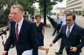 United States Trade Representative Robert Lighthizer (L) and Mexican Secretary of Economy Idelfonso Guajardo (R) walk to the White House on Aug. 27, 2018.
