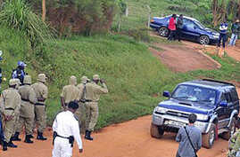 The car carrying Ugandan opposition leader Kizza Besigye is stopped by Ugandan police near to his home in Kasangati, Uganda, as observers look on, May 19, 2011