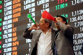 Filipino traders blow horns during the last trading day of the year at the Philippine Stock Exchange in the financial district of Makati, south of Manila, Philippines, Dec. 29, 2016.