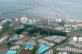 An aerial view shows Tokyo Electric Power Co. (TEPCO)'s tsunami-crippled Fukushima Daiichi nuclear power plant and its contaminated water storage tanks (bottom) in Fukushima, in this photo taken by Kyodo August 20, 2013. Japan's nuclear watchdog said