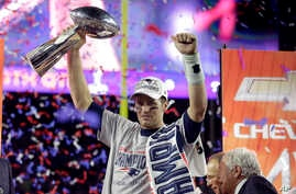 New England Patriots quarterback Tom Brady holds up Vince Lombardi Trophy after the Patriots defeated the Seattle Seahawks 28-24 in NFL Super Bowl XLIX football game in Glendale, AZ.