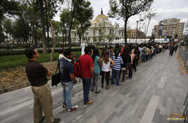 Hundreds of people line up to enter the Palace of Fine Arts for a public viewing of the ashes of late Colombian Nobel laureate Gabriel Garcia Marquez in Mexico City, April 21, 2014.