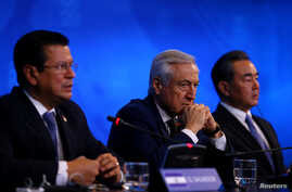 (L-R) El Salvador Foreign Minister Hugo Martinez, Chile's Foreign Minister Heraldo Munoz and China's Foreign Minister Wang Yi deliver a news conference at China and the Community of Latin American and Caribbean States (CELAC) Forum, in Santiago, Chil