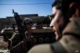 An Iraqi soldier from the 9th Infantry Division carries a machine gun while heading to the frontline in Mosul, Iraq, Tuesday, Dec. 6, 2016. On Wednesday, Iraqi forces ask for U.S. air support after taking fire from Islamic State fighters inside a hos