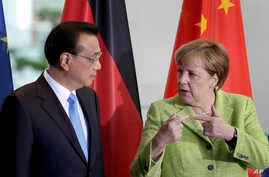 German Chancellor Angela Merkel, right, and China's Premier, Li Keqiang, left, talk during a contract signing ceremony as part of a meeting at the chancellery in Berlin, June 1, 2017.