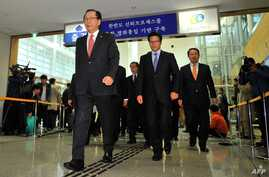 Ahn Hong-joon (L), chairman of the South Korean parliamentary's Foreign Affairs and Unification Committee, and other lawmakers leave for North Korea at the inter-Korean transit office in Paju, near the Demilitarized Zone dividing the two Koreas, Oct.