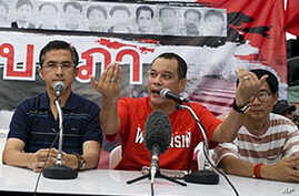 Thai 'Red Shirt' anti-government protest leader Natthawut Saikua (Center), flanked by other protest leaders, makes an announcement on the latest proposal by Thai prime minister, 04 May 2010