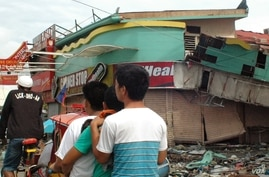 Tacloban's commercial infrastructure was wiped out by the typhoon, Nov. 21, 2013. (Steve Herman/VOA)