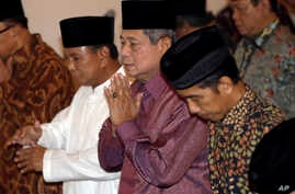 Indonesian President Susilo Bambang Yudhoyono (c) along with presidential candidates Prabowo Subianto (l) and Joko Widodo, attend a prayer after breaking their fast at the State Palace in Jakarta, Indonesia, July 20, 2014.