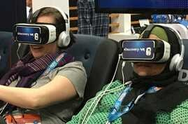 People try out VR equipment during SXSW Interactive 2016. (A. Pimienta/VOA)
