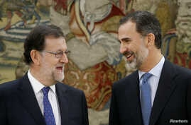 Spain´s Primer Minister Mariano Rajoy (left) talks to King Felipe VI.