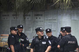Chinese policemen huddle near the Chengdu Intermediate People's Court in Chengdu in southwest China's Sichuan province, Sept. 17, 2012.