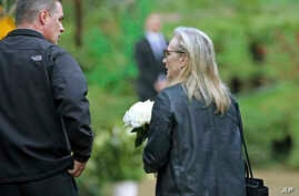 Actress Meryl Streep arrives with flowers at a memorial service at the homes of Debbie Reynolds and her daughter, Carrie Fisher, in Los Angeles, Jan. 5, 2017.