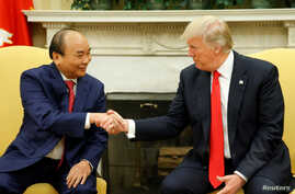U.S. President Donald Trump (R) welcomes Vietnam's Prime Minister Nguyen Xuan Phuc at the White House in Washington, May 31, 2017.