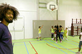 Volunteer Nabil Fallah from Molenbeek offers basketball training to young kids from his neighborhood, Brussels, Belgium, Sept. 2016. (M. van der Wolf/VOA)