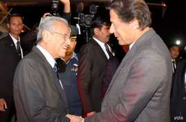 Malaysian Prime Minister Mahathir Mohamad and Pakistani Prime Minister Imran Khan are pictured at the airport near Islamabad, March 21, 2019. Mohamadis on an official three-day visit, where his delegation is expected to finalize investment deals. (P