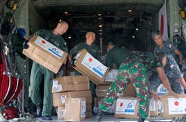 Indonesian and Japan military personnel unload relief aid from a Japan Air Force cargo plane at the Mutiara Sis Al-Jufri airport in Palu, Central Sulawesi, Indonesia, Oct. 6, 2018.