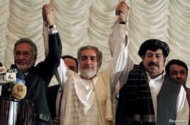 Afghan presidential candidates Abdullah Abdullah (C) with Zalmai Rassoul (L) and Gul Agha Shirzai (R) attend a joint news conference in Kabul, May 11, 2014.