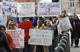 Protestors carry signs outside the courthouse as the jury deliberates in the trial of Daniel Holtzclaw, in Oklahoma City, Dec. 8, 2015.