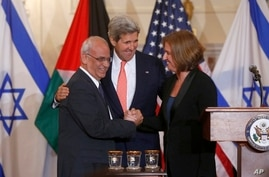 Secretary of State John Kerry stands between Israel's Justice Minister and chief negotiator Tzipi Livni, right, and Palestinian chief negotiator Saeb Erekat, as they shake hands after the resumption of Israeli-Palestinian peace talks, July 30, 2013,