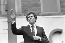 FILE - Then-Democratic presidential hopeful, U.S. Senator Gary Hart, waves goodbye, to a crowd of supporters in Springfield, Illinois, March 15, 1984.