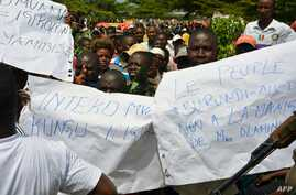 Protesters demonstrate against the Republican Forces of Burundi (Forebu) on the beach of Lake Tanganyika near the port of Bujumbura, Dec. 26, 2015.