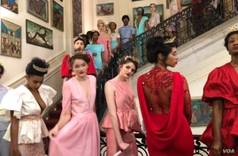 """Models wearing Haitian designer Prajje Oscar's """"Ezili"""" collection, inspired by the voodoo goddess of art, romance, love and sex, during the Haitian Embassy's """"Diplomacy By Design"""" event in Washington, D.C. Feb 23, 2018. (Photo: S. Lemaire /VOA)"""