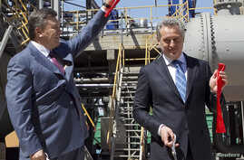 Dmytro Firtash, one of Ukraine's richest men, (R) and Ukrainian President Viktor Yanukovich take part in an opening ceremony of a new complex for the production of sulfuric acid in Crimea region, April 27, 2012.