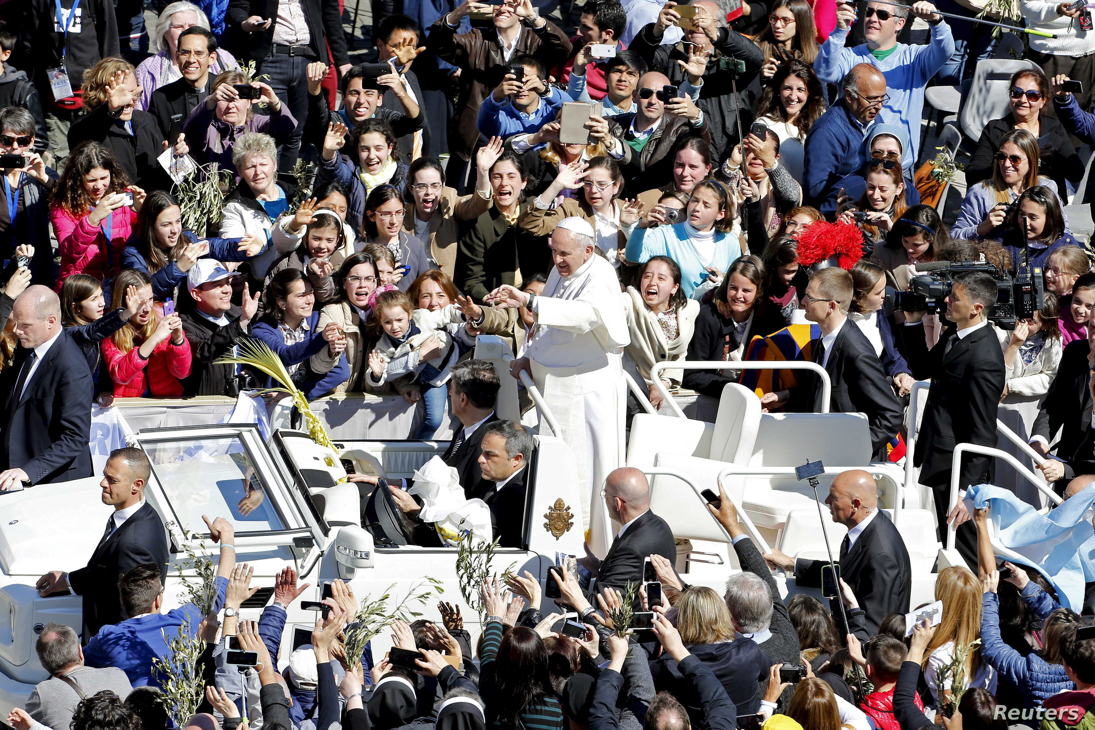 Pope Francis waves at the end of the Palm Sunday mass at Saint Peter's Square at the Vatican, March 29, 2015.
