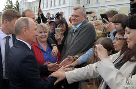 Russia's President Vladimir Putin (L) meets with local residents in the Siberian city of Omsk, Russia, Aug. 28, 2018.
