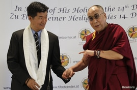 Tibet's exiled spiritual leader the Dalai Lama (R) and Lobsang Sangay, Prime Minister of the Tibetan government-in-exile, arrive for a news conference in Vienna, May 25, 2012.