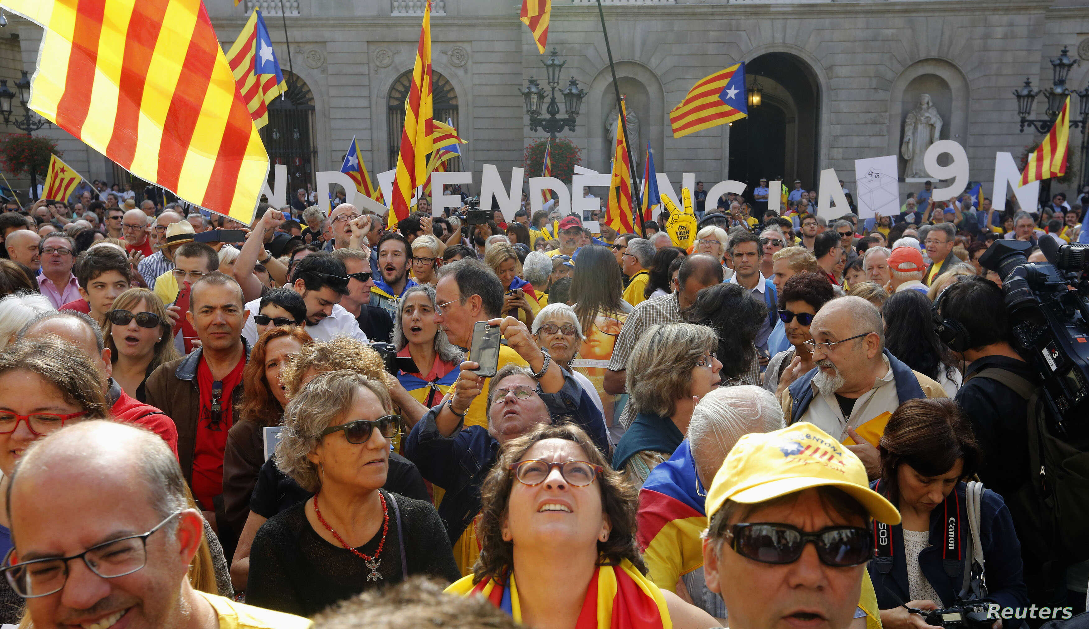 Pro-independence supporters gather in front of the Palau de la Generalitat (Government Palace) before Catalonia's President Artur Mas signs a decree calling for an independence referendum, in Barcelona, Sept. 27, 2014.