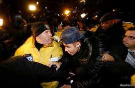 Pop singer Justin Bieber arrives at a police station in Toronto January 29, 2014.  Bieber was mobbed by screaming fans and journalists as he entered a Toronto police station on Wednesday following reports he will be charged with assault over an incid