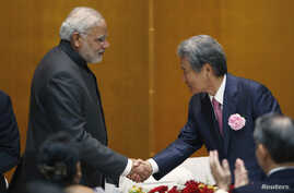 India's Prime Minister Narendra Modi (L) shakes hands with chairman of Japan Business Federation (Keidanren) Sadayuki Sakakibara (R) after Modi spoke during a luncheon organized by Keidanren in Tokyo, September 1, 2014.