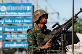 A Thai soldier mans a machine gun as his unit takes position in central Bangkok May 20, 2014.