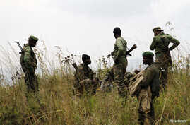 FILE - Soldiers from the Democratic Republic of Congo (DRC) take positions near its border with Rwanda after fighting broke out in eastern Congo, June 12, 2014.