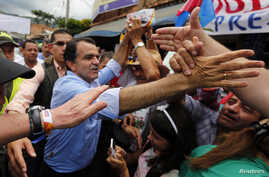 Colombian presidential candidate Oscar Ivan Zuluaga greets supporters during a closing campaign rally in Villeta May 17, 2014.