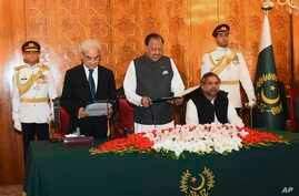Photo released by the Press Information Department shows President Mamnoon Hussain (C) administers the oath to former Pakistani Chief Justice Nasir-ul-Mulk as Caretaker Prime Minister at the Aiwan-e-Sadr, in Islamabad, Pakistan, June 1, 2018.