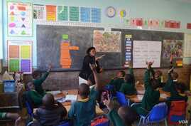 At a primary school in Johannesburg, South Africa, teachers are guided by mentors to support them in implementing new teaching methods. (E-Jansson/UNESCO)